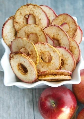 De simples tranches de pomme parfumées à la cannelle, et passées 2 à 3h au four à 95°C pour les sécher, cela suffit pour agrémenter n'importe quel bol de porridge. Et grâce au sucre contenu dans le fruit, les becs sucrés y trouveront aussi leur compte. Découvrir la recette...