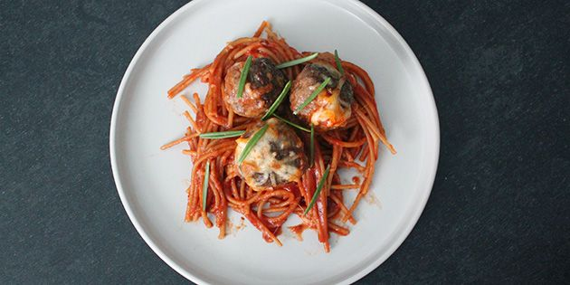 Nem spaghetti med kødboller i ovn