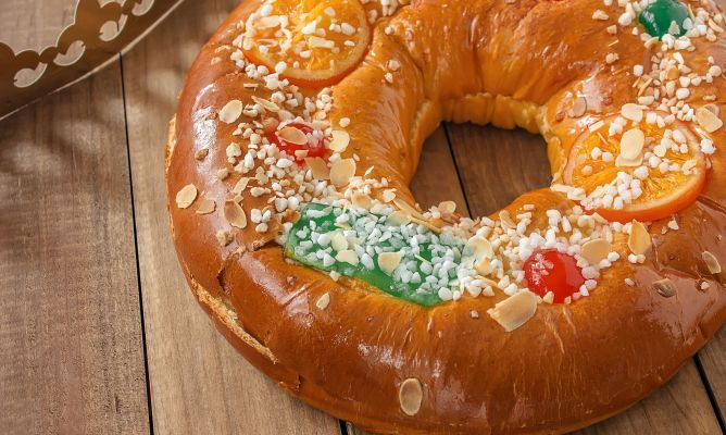 El roscón de Reyes es un bollo dulce tradicional del día de Reyes y de las celebraciones navideñas. Te proponemos 12 ideas de rellenos para darle un sabor diferente.