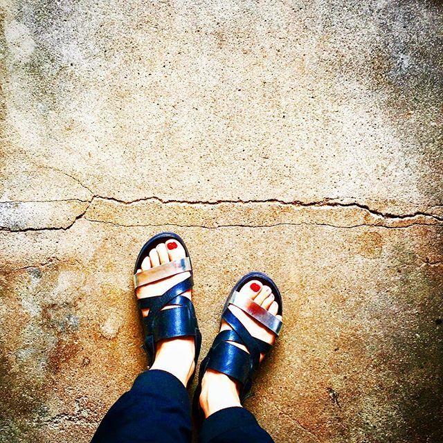 うちは古民家みたいなもんだから、玄関にこんなカッコいい亀裂がある🎶ダメなことなんだろうけど😂 そしてやっぱり深爪が落ち着く❤︎ #nail #nailart #art #self #foot #footnail #deep #handmade #color #cute #cool #house #sandals #rosebud #journalstandard #セルフネイル #ネイル #ネイルアート #アート #ジェルネイル #フットネイル #足 #足元 #爪 #ベタ塗り #深爪 #サンダル #古民家 #玄関