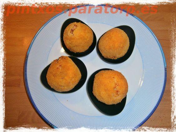 Albóndigas de patata y chorizo con corazón de huevo de codorniz http://pintxos.paratorp.es/2012/01/albondigas-de-huevo-con-chorizo-y.html #pintxos #tapas #fototapa #recipe #recetas #food