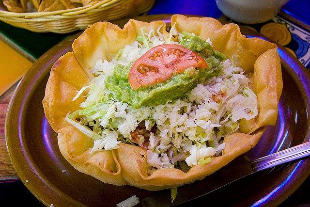 Recette de salade tacos au poulet, tomates, guacamole, fromage, noix, canneberges (Brésil, Mexique)