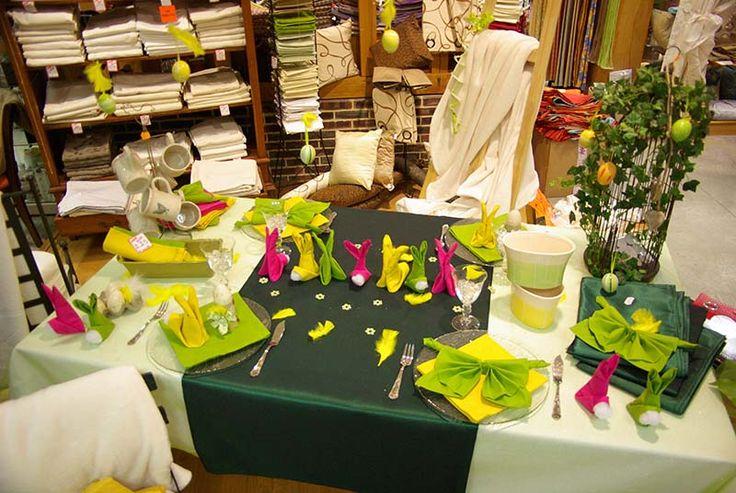 """Table fêtons le jour de Pâques : Nappe blanche 100% polyester ( 3 dimensions), surnappe tulle à paillettes, centre de table 140 x 140 taffetas vert, serviettes de table en coton 40 x 40. Pliage de serviettes en """"petits lapins""""."""