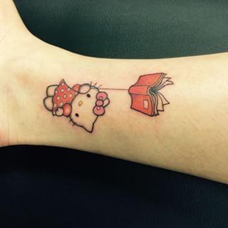 Ça, c'est pour l'amateur de Hello Kitty qui est aussi un rat de bibliothèque. | 22 tatouages Sanrio qui vont vous donner envie