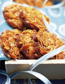 Recette Les florentins : Préchauffez le four th. 5 (150 °C). Coupez les écorces de citron en petits dés. Dans une casserole à fond épais, mélangez le sucre, le miel et la crème. Portez le mélange à ébullition et laissez-le cuire environ 5 mn pour qu'il atteigne 118 °C. Ajoutez les aman...
