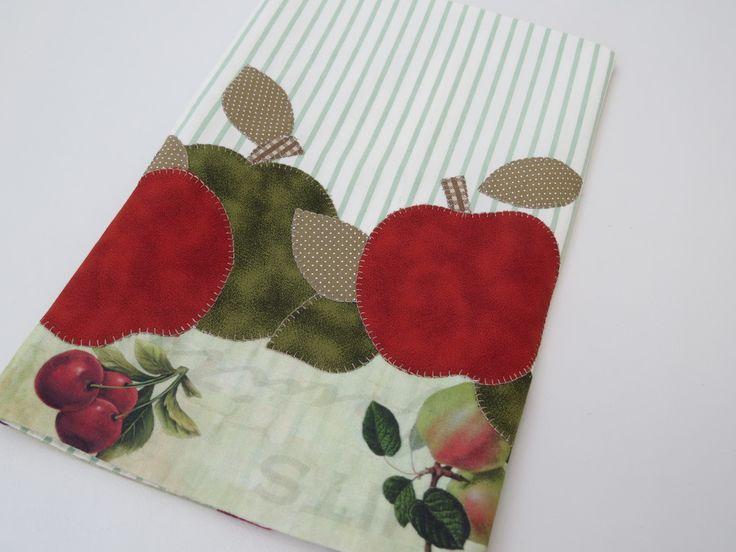 Patch aplique de Maçãs, em tecido listrado. Bordado em ponto caseado. Barra e aplicação em tecido 100% algodão. Sob encomenda, as estampas podem sofrer alterações, mantendo as tonalidades.