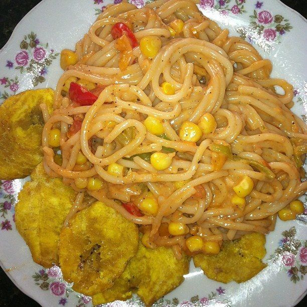 espaguetis con maz y fritos  comidas dominicanas en 2019  Ethnic recipes Food y Spaghetti