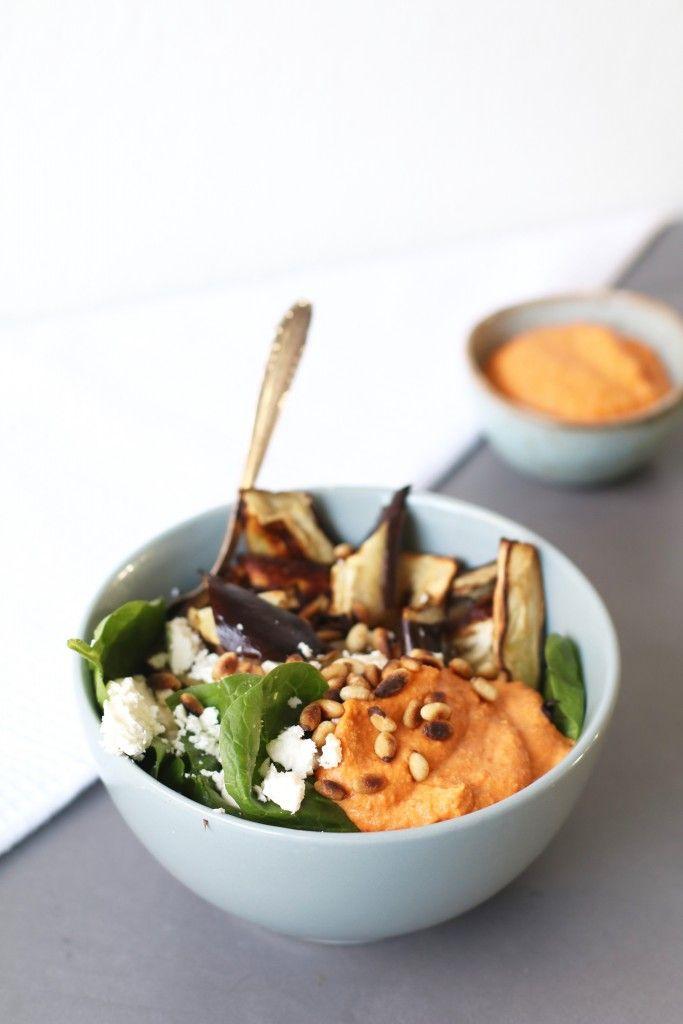 Gister vertelde ik jullie in mijn blogpost met het recept voor gegrilde paprika hummusdat mijn koelkast af en toe schrikbarend leeg is. De reden hiervan is dat mijn week er altijd anders uit ziet en ik daardoor nooit weet hoeveel dagen ik thuis eet en voor hoeveel mensen ik moet...