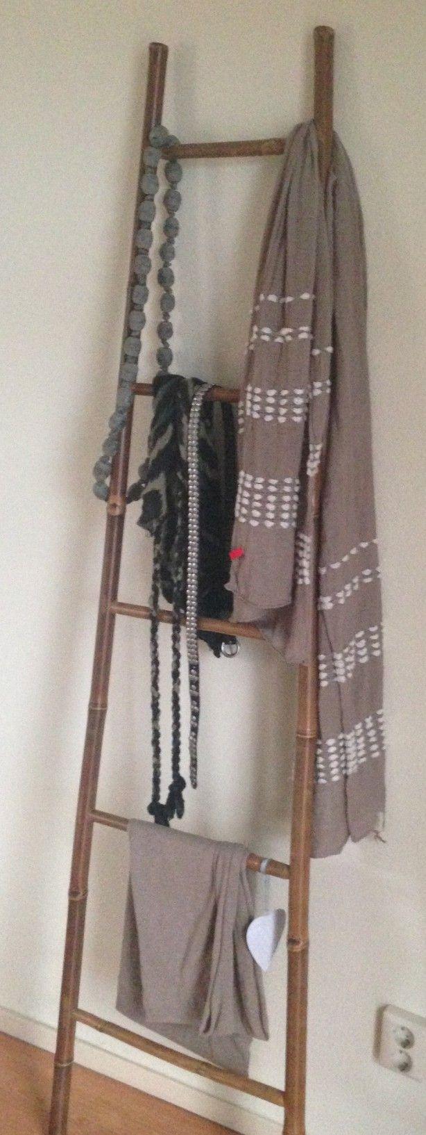 Bamboe ladder met accessoires, sjaals en riemen. Erg leuk voor op de slaapkamer.