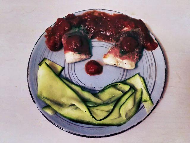 Was sich erstmal hochtrabend anhört, ist für Kinder ein Versteckspiel. Wo ist der Fisch? In Schinken versteckt. Und wo ist das lästige Gemüse? Na als grüne Nudeln auf den Teller geschmuggelt. Und trotzdem macht das Essen was her, auch bei Gästen.Fisch-Saltimbocca mit Zucchini-Nudeln -  - Seelachs (oder Kabeljau), Salbeiblätter, Serranoschinken (oder vergleichbarer Schinken in