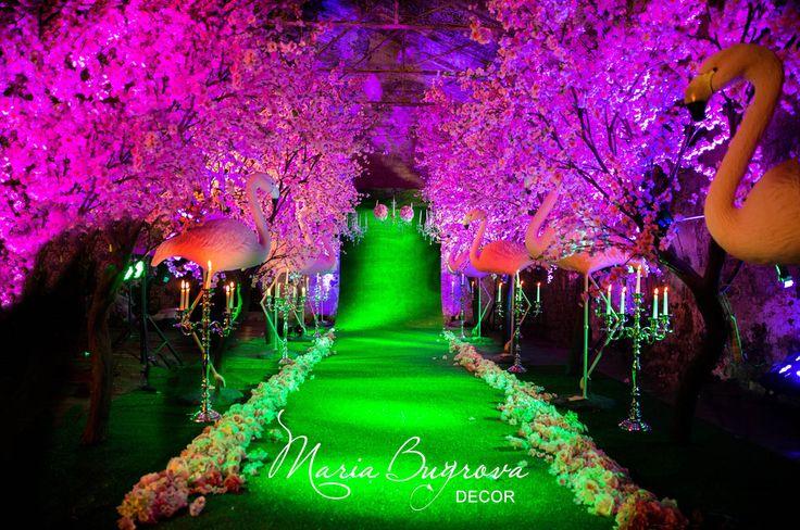 Ночная свадьба, ночная свадебная церемония в сказочном саду. Фламинго. розовые деревья, канделябры для создания атмосферы таинственности ночи. Night wedding, night wedding ceremony in the fairy garden. Flamingo and candelabra,fairy lights indoor outdoor ideas