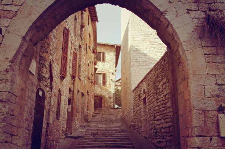 Coraggio, ancora qualche scalino e sarete ufficialmente entrati dentro Corciano! Se siete arrivati fino a qui, infatti, avete varcato solo la più esterna  (lunga quasi 1 km) delle due cinte murarie che cingono Corciano. La seconda cinta, interna, è stata incorporata via via nei palazzi e nelle case. Questo è uno dei pochi punti in cui è ancora visibile: l'Arco della Vittoria. L'arco prende il nome dalla vittoria ottenuta dall'esercito corcianese e perugino contro Todi nel 1310 a Monte…