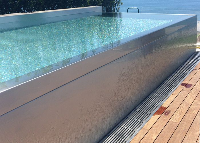 La paroi inox laisse couler l 39 eau du d bordement en for Conception de piscine