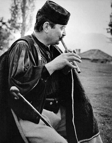 ΒΟΣΚΟΣ ΜΕ ΤΗ ΦΛΟΓΕΡΑ ΤΟΥ ΣΤΟ ΜΕΤΣΟΒΟ. ΦΩΤΟΓΡΑΦΙΑ ΚΩΣΤΑΣ ΜΠΑΛΑΦΑΣ ΔΕΚΑΕΤΙΑ 1960