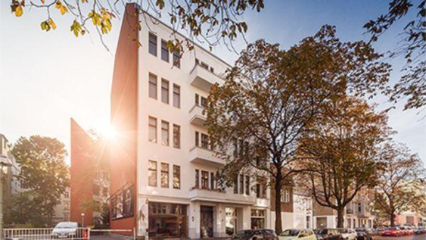 Dieses Haus, in einem verkehrsberuhigten Abschnitt der Schillerstraße, verbindet die Solidität einer seit über 110 Jahren bestehenden Immobilie mit schnörkelloser #Architektur. Es bietet Wohnungen mit großzügigen Grundrissen. Und ein perfektes #Zuhause für Altbaufreunde. #Berlin
