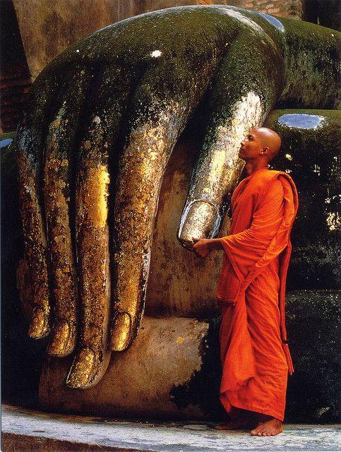 http://www.asie-voyages.com . Mains de bouddha et bonze en Thailande