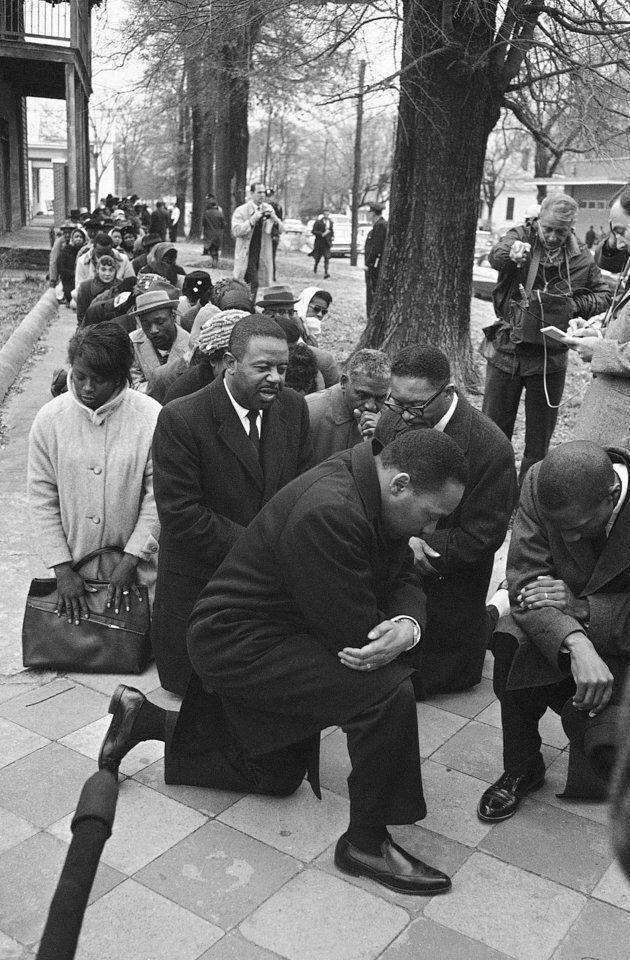 El Dr. Martin Luther King encabeza una oración multitudinaria durante una protesta en Selma, Alabama (1965).