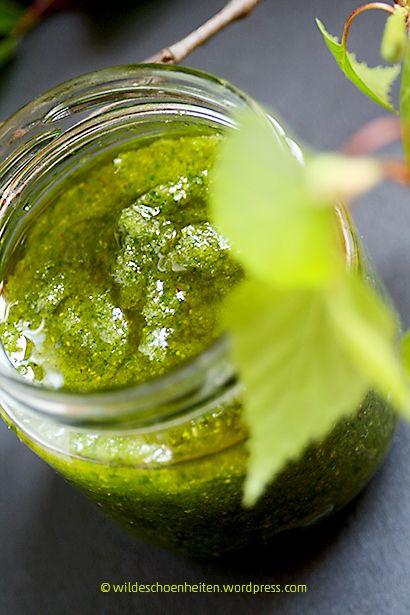 Geschmeidige Haut dank grünem Birkenpeeling! Das natürliche Körperpeeling lässt sich ganz leicht herstellen. Dazu Birkenblätter, Zucker, Meersalz und Mandelöl mit dem Mixer fein pürieren. #Beauty #DIY