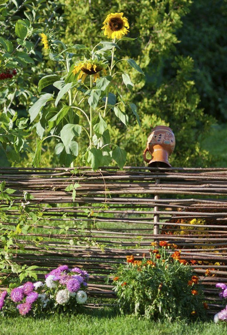 Captivating Ein Geflochtener Weidezaun Mit Bepflanzung Auf Beiden Seiten Und Dekorative  Blumentöpfe Geben Dem Garten Auch Von
