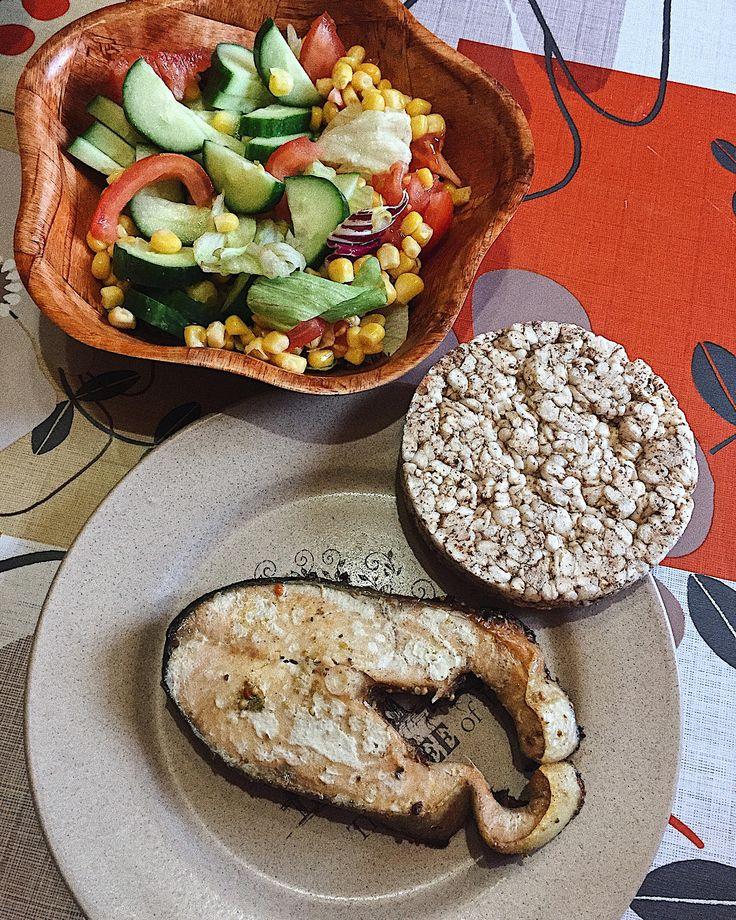 Запечённый лосось с гречневым хлебцем и салатом из овощей