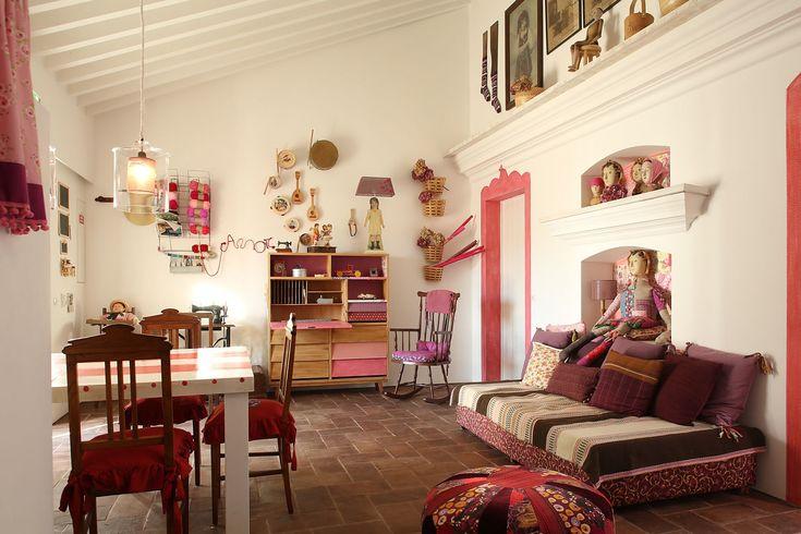 QUARTO FAMILIAR - Os quartos familiares são casas típicas alentejanas com acesso para o pateo interior alentejano. Estes quartos, cheios de luz natural, oferecem zona sala de estar e uma casa de banho privativa. Perfeitos para famílias, muito confortáveis e cheios de detalhes especiais e tradicionais.