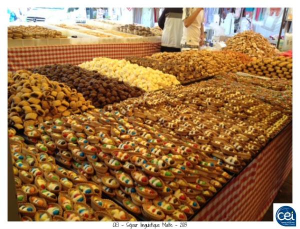 Petits gâteaux dans le marché de Marsaxlokk. CEI - Séjour linguistique Malte - 2013 #sejour #linguistique #cei #malte #vacances #gateau #marche