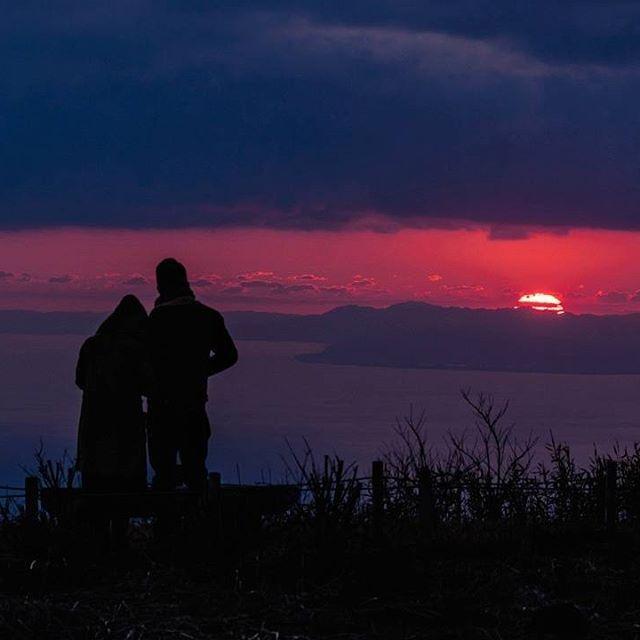 【nis182】さんのInstagramをピンしています。 《・ View from Ashinoko Skyline Road #芦ノ湖スカイライン at sunset. ・ 芦ノ湖スカイラインのレストハウス近くの展望所からの、駿河湾越しに沈む夕日と、夕日そっちのけで激しく口論するアベック。》