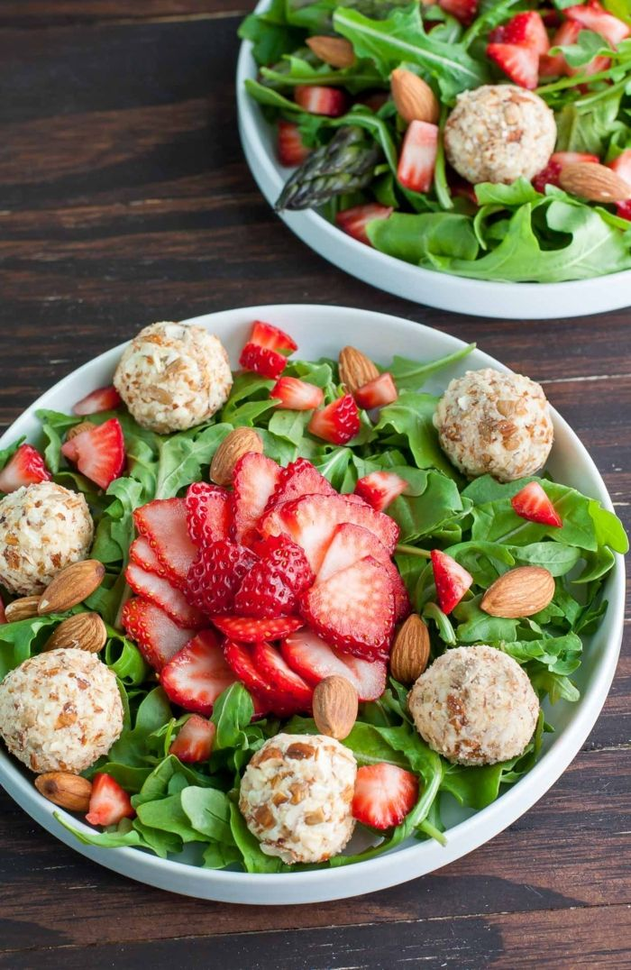 Belle idée salade composée originale; salade froide avec fraises