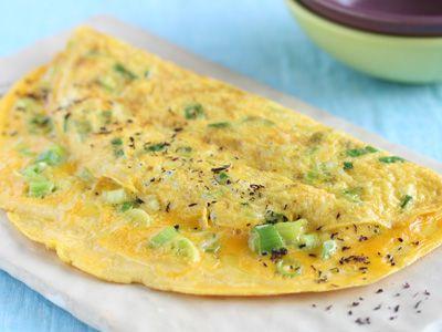簡単!和風半月卵オムレツ フライパンに油を入れ、生地を流しいれます。まわりが固まってきたら、フライ返しで卵を半分におります。出来上がりに、お好みでゆかりをふっても、風味よくいただけます。
