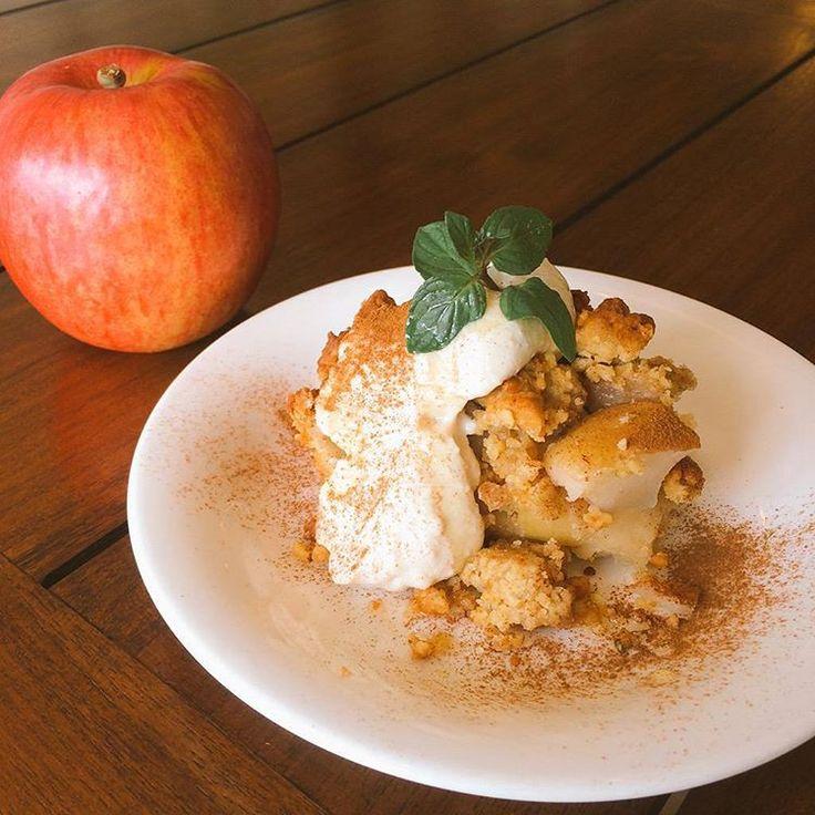 Vegan apple crumble w/ tofu cream アップルクランブルが焼けてますよ 熱々のうちにシナモンとクリームでぜひ🍎