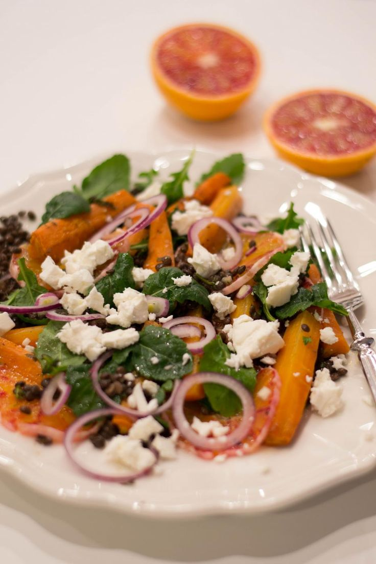 Marinoituja beluga-linssejä, paahdettua porkkanaa ja veriappelsiinia.
