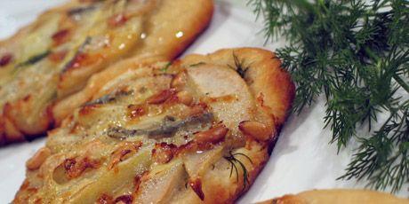 Pear and Gorgonzola mini pizzas