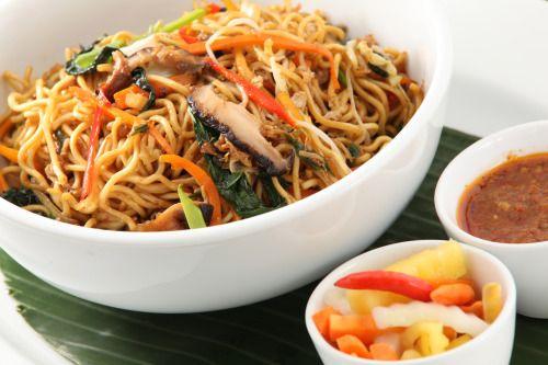 Kínai pirított tészta        Ha úgy látjátok, sokféle zöldség van a hűtőben, amit záros határidőn belül el kell készítenetek valamilyen formában, akkor a kínai pirított tészta egy kis szójaszósszal és chilivel megbolondítva a legjobb választás! Hoztunk egy variációt, de ha a hozzávalók nem mind fellelhetőek a konyhátokban, akkor se aggódjatok, ezt a fogást bármilyen zöldséggel, vagy akár hússal is fel tudjátok dobni!     Elkészítési idő: 30 perc    HOZZÁVALÓK      25 dkg ázsiai tészta…