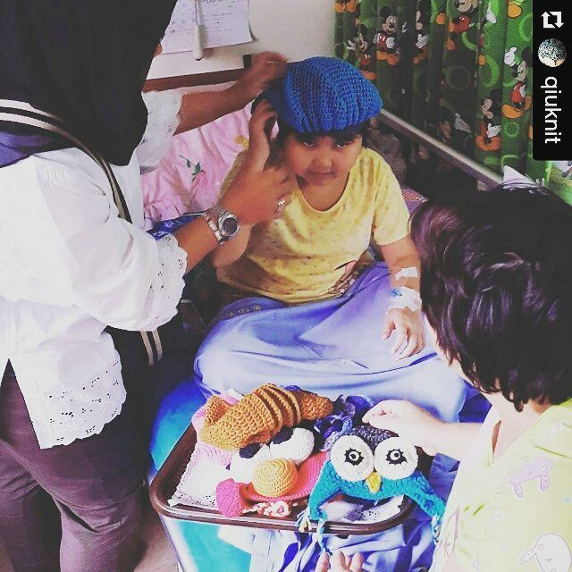 #laporandonasi  Alhamdulillah hari penyerahan karya-karya perajut Indonesia yg telah meluangkan waktu tenaga dan materi berupa topi dan syal #rajutan di #event #charityforcancer yg di selenggarakan oleh @qiuknit selama bulan februari 2016.  Terima kasih buat teman-teman #indonesianrajuters semua.. amanah kalian sdh kami sampaikan.. #Repost @qiuknit with @repostapp  Kunjungan ke 2 #rsdharmais  Semoga cepet sembuh ya adek2 hebat.. sabar dan semangat ya... Semoga berkah dan terimakasih teman…