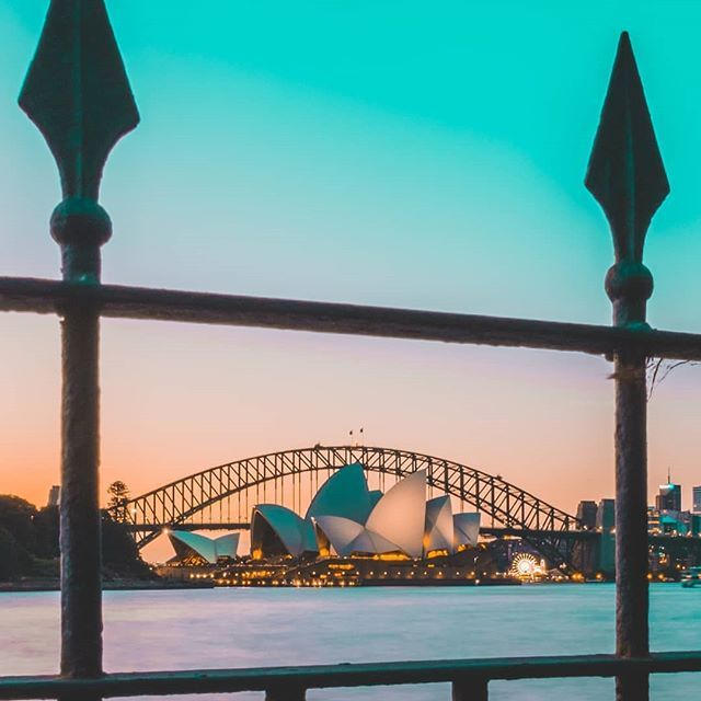 💎Twilight could possibly be our favourite part of the day with shots like this. 🙌🌅 Soak up the beautiful weather and take a stroll around Sydney Harbour 💕