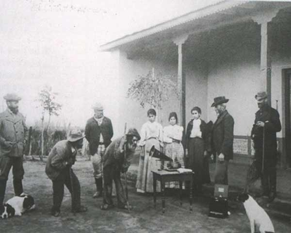 Buenos Aires, Argentina, 1900. El asombro de los inmigrantes italianos ante la primera fonola de sus vidas. Museo Virtual - ID: 8332