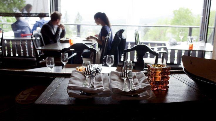Holmenkollen Restaurant imponerer ikke: Pent sted med pen utsikt, men på grensen til turistfelle.