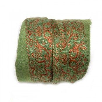 Shanti wraps zijn gemaakt van puur zijde sari randen, soms wel 50 jaar oud. Van elke Shanti hebben we er maar maximaal drie, op is op. Het is bijna niet op foto weer te geven hoe mooi en fijn deze sari randen zijn, bovendien dragen ze heerlijk zacht. De armband maakt een mooie ondergrond voor meerdere armbanden, zgn. 'armcandy', maar draagt solo ook prima. Shanti betekent vrede, rust, kalmte en plezier.De breedte van een rand varieert van ±5 tot 7 cm breed. Één zijde is som…