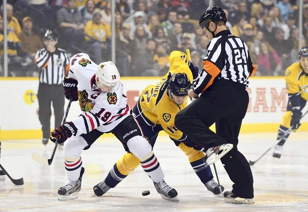 Jonathan Toews face off with Mike Fisher