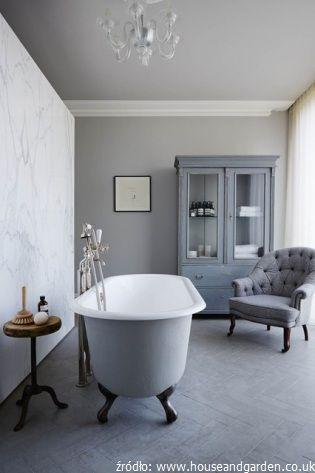 Klasyczna łazienka z fotelem i kredensem