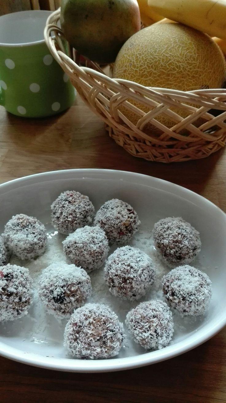 vitamine-bile de fructe cu fulgi de cocos.Puneti 2-3 smochine,o mana de nuci si cateva caise uscate, la hidratat.Peste 2-3 ore le puneti in turmix ,apoi formati bile pe care le treceti prin nuca de cocos