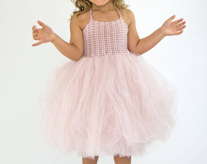 Claro polvo rosa Halter vestido. Niña de las flores de tul con encaje elástico Crochet blusa