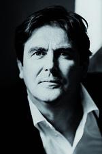 Peter J. van Dijk werd op 19 februari 1960 geboren te Drachten en groeide op in het dorp Surhuisterveen. Hij volgde de middelbare school te Drachten (Het Drachtster Lyceum) en studeerde vervolgens Nederlands en Geschiedenis in Groningen en Leeuwarden. In deze laatste plaats woonde hij van 1979 tot 1988. In 1987 volgde Peter J. van Dijk een workshop proza schrijven bij Oek de Jong. Naast schrijver is hij docent Nederlands en literatuur bij het Babel en James Boswell instituut.