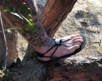 Sandalia descalza, hombres de la sandalia, nueva sandalia, Color negro, negro sandalias pies descalzos, verano, sandalias de playa, sandalias de Sparta, cuero genuino, Sparta sandalias, sandalias de los hombres descalzos Sandalias de Sparta pies descalzos están hechos de cuero y utilizan un estilo muy único cordón. El cordón es de cuero y lazos a través del poste del dedo del pie y alrededor del tobillo. Sin nudos en el pie, la correa simplemente coloca debajo y se sienta ligeramente ahue...