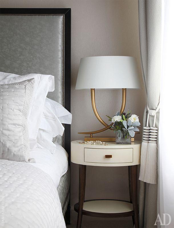 Фрагмент спальни. Кровать, The Sofa and Chair Company. Настольная лампа, RV Astley. Прикроватная тумбочка в отделке пергаментом, Julian Chichester.