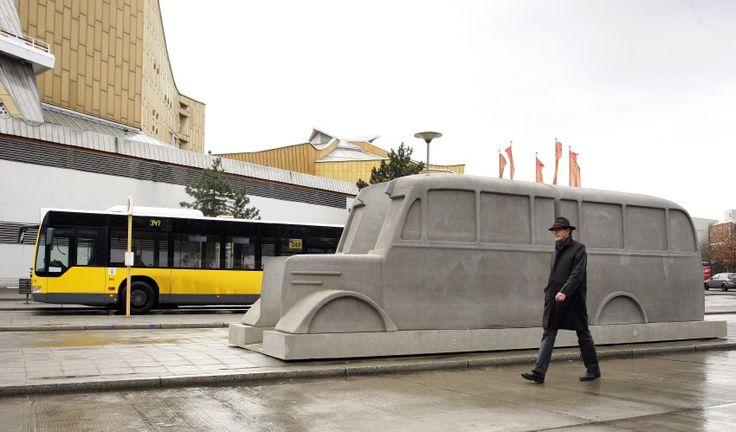 """Das  """"Denkmal der grauen Busse""""  entstand vor der Philharmonie in Berlin..."""