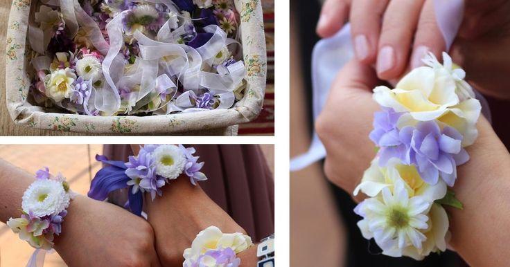 Pulseras de flores para regalar a las invitadas de la boda