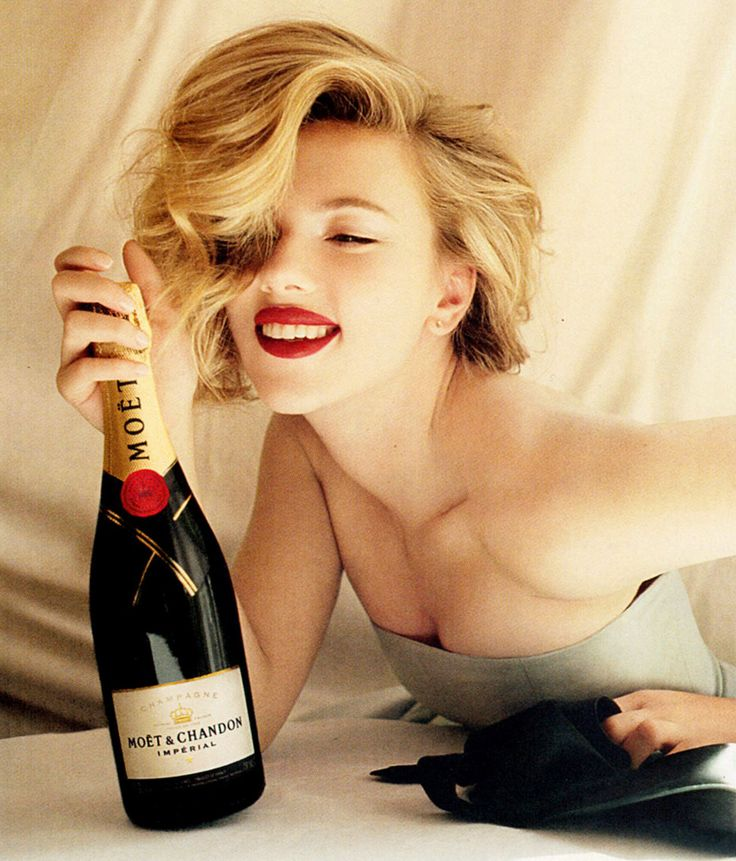new yearsGirls Crushes, Champagne, Scarlett Johansson, Ads Campaigns, Beautiful, Moet Chandon, Red Lips, Scarlettjohansson, Hair