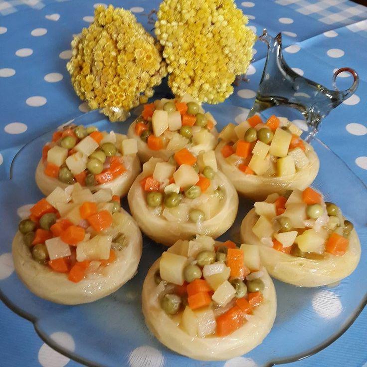 En güzel mutfak paylaşımları için kanalımıza abone olunuz. http://www.kadinika.com Ve karşınızda Zeytinyağlı  Enginar inanılmaz lezzetli bu gün alın pişirin derim... ZETİNYAĞLI ENGİNAR 6 Tane enginar 1 tane havuç 1tane büyük patates 1 su bardağı haşlanmış veya konserve bezelye ( Ben buzlukta vardı onu haşladım kullandım) 1orta boy soğan 1 su bardağı zeytinyağı 1 tane limon 1 çay kaşığı şeker Tuz  Sıcak su  Yapılış: Havuç minik küp şeklinde doğranır üzerini geçecek kadar su eklenerek…
