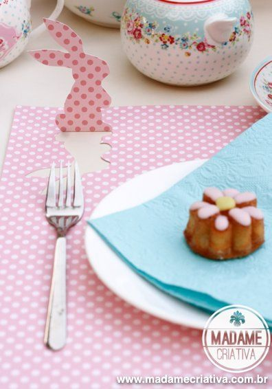 Spring Placemat .. cut a bunny shape out of double-sided scrapbooking paper and fold it up .. cute and inexpensive
